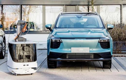 愛馳研發CARL智能移動充電機器人,旨在應對市場電動汽車充電難題