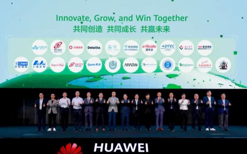 """华为彭中阳发表了""""构建数字新范式,共创行业新价值""""的主题演讲"""