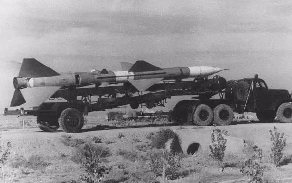 无侦-8无人机与新轰-6M轰炸机挂载无侦-8无人...