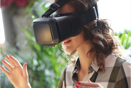 阿里巴巴利用全息投影技术打造模仿真人的虚拟主持人