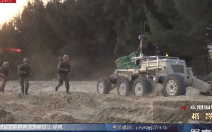 中国步兵在演习中与UGV并肩作战