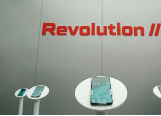 "Smartisan正式发布""下一代手机,更是下一代电脑""的坚果 R2"