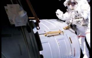 """國際空間站空氣泄漏的俄羅斯""""星辰""""號服務艙上的裂..."""