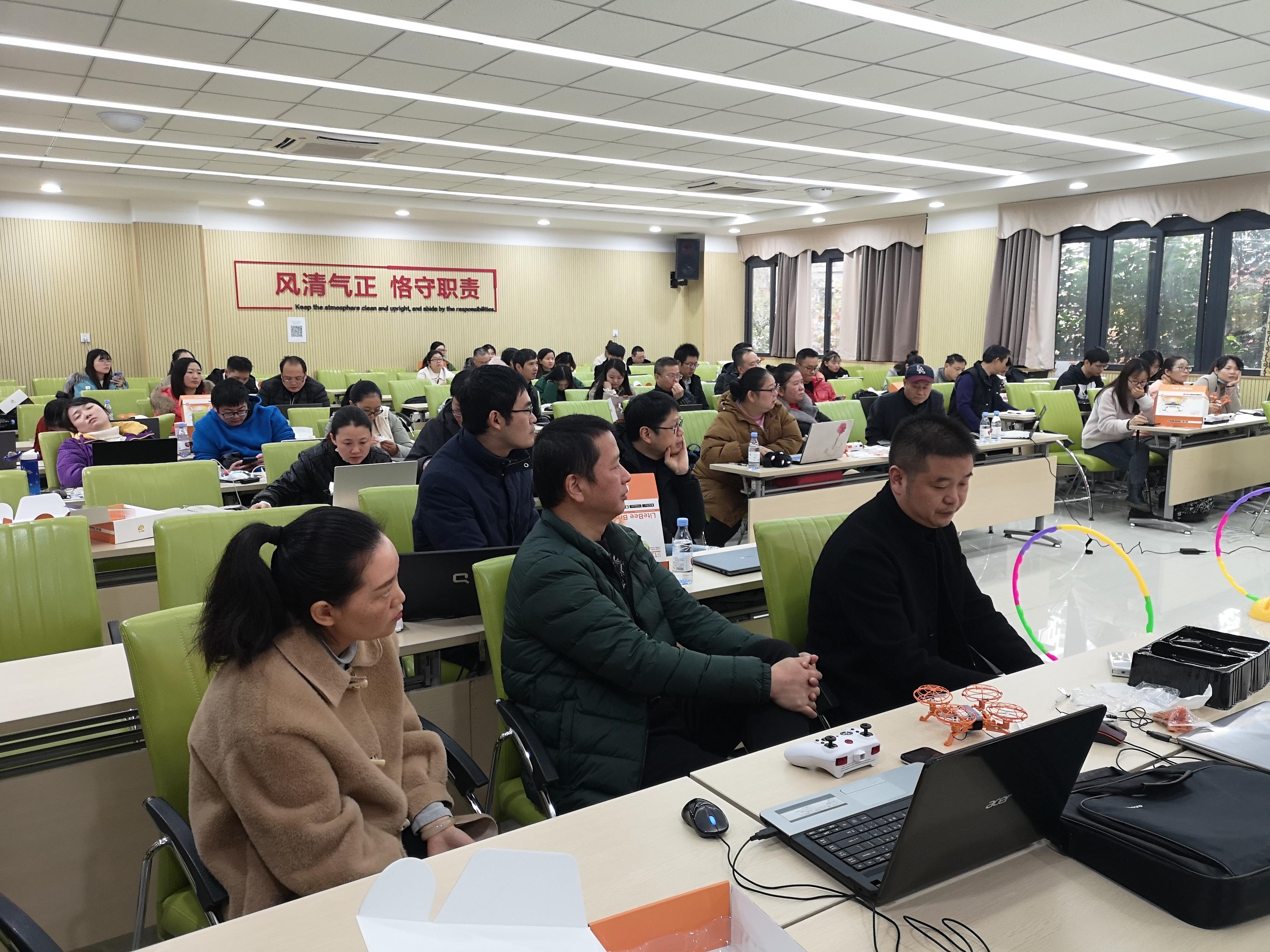 创客火走进重庆市九龙坡区蟠龙小学进行无人机项目培训