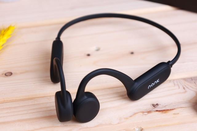 佩戴牢固的运动耳机,专业运动耳机跳绳带着听音乐都不会掉