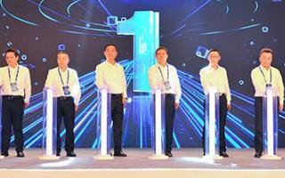 """以""""5G新基建,智领未来""""为主题的5G创新发展高峰论坛也同期重庆举行"""
