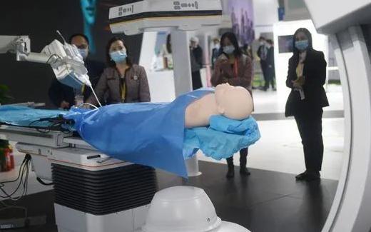 西门子医疗在进博会现场展出全球首款介入机器人