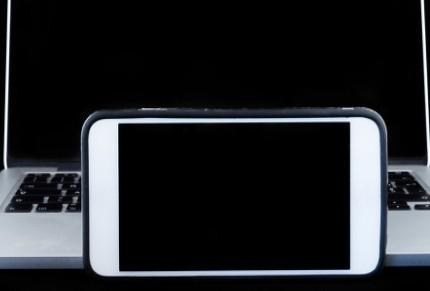 """苹果客服回应iPhone12屏幕出现""""泛黄、绿屏..."""
