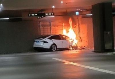 特斯拉Model X被曝失控加速撞墙致起火