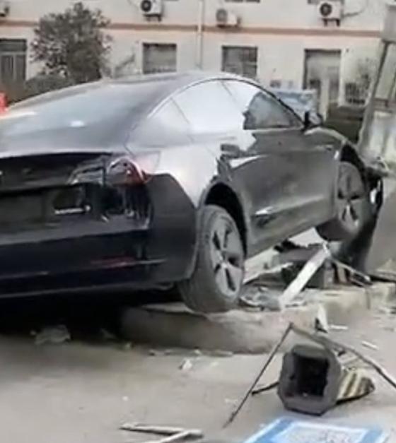 传特斯克Model 3撞毁医院岗亭及车祸