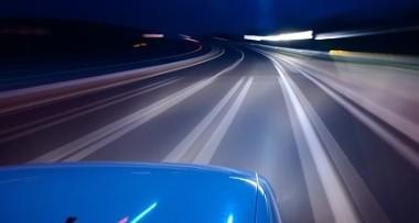 """大众速腾夜晚高速""""无人驾驶"""" 司机不看路用手机玩游戏"""
