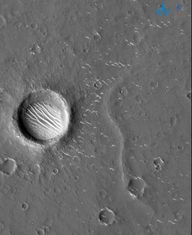 天问一号探测器传回火星高清照