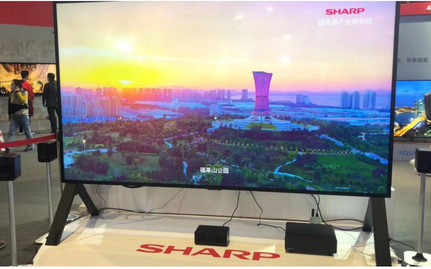 富士康全新夏普120英寸8K巨幕電視機亮相AWE博覽會