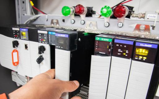 基于CAN-bus的網絡方案,能夠對多臺聯網的PLC實現遠程配置
