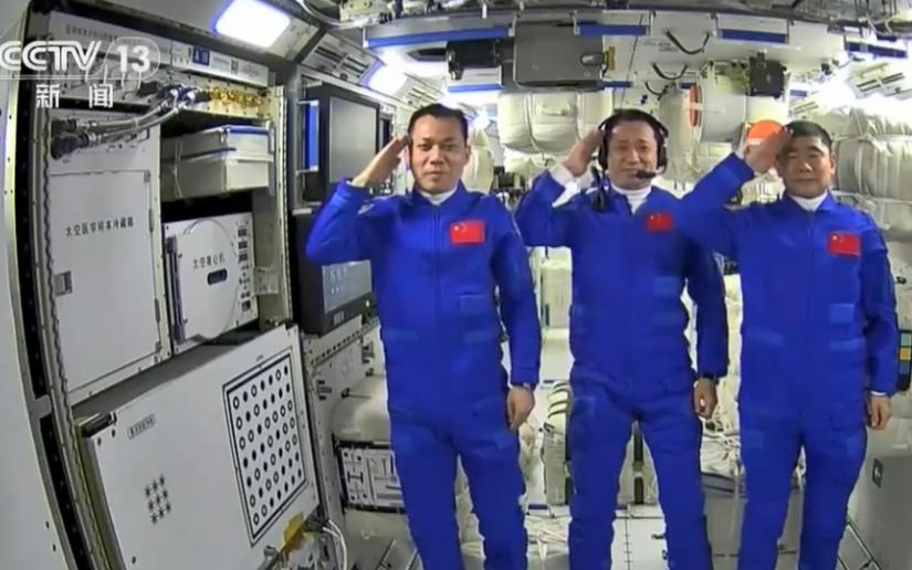 中國人首次進入自己的空間站 3名航天員在太空向全國人民敬禮