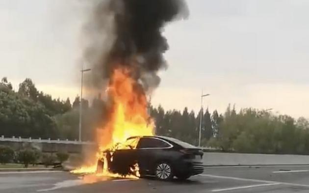 上海一蔚來EC6碰撞起火!蔚來回應:電池包裝基本包裝完好,消防部門認定為交通事故
