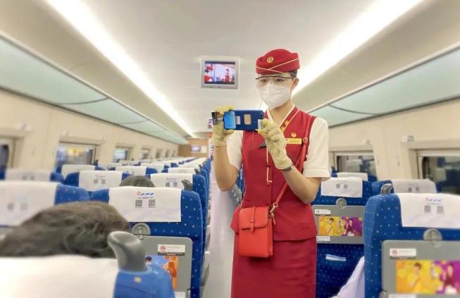 """乘务员小姐姐竟然 """"偷拍""""我!人民日报、中国铁路最新官方回应来了"""